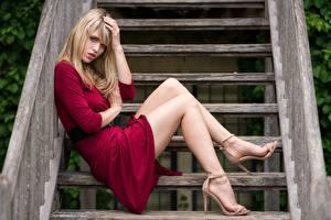 Fotos Treppe Blond Mädchen Hand Kleid Bein High Heels Sitzt Mädchens
