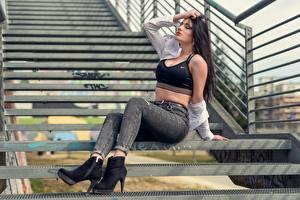 Hintergrundbilder Treppe Brünette Hand Sitzend Bein Pose Jeans junge Frauen