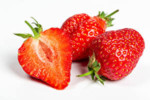 Fotos Erdbeeren Nahaufnahme Weißer hintergrund Drei 3 Lebensmittel