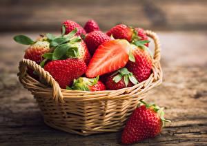Bilder Erdbeeren Weidenkorb Lebensmittel