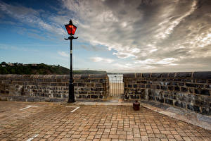 Обои для рабочего стола Великобритания Уэльс Набережной Облачно Уличные фонари Tenby, Pembrokeshire город