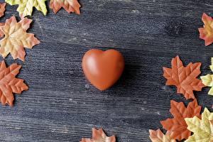 Bilder Valentinstag Herz Braunes Blatt Ahorn