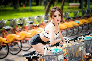 Fotos Asiatisches Fahrrad Bokeh Braune Haare Blick Hand Shorts Mädchens