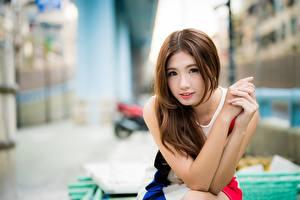 Fotos Asiaten Unscharfer Hintergrund Braune Haare Starren Hand Süße Mädchens