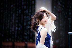 Bakgrundsbilder på skrivbordet Asiatisk Bokeh Brunhårig tjej Blick Hand Poserar ung kvinna
