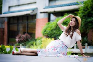 Bilder Asiatische Unscharfer Hintergrund Braunhaarige Der Hut Hand Bein Stöckelschuh Mädchens