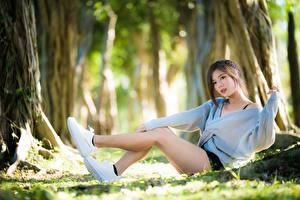 Hintergrundbilder Asiatisches Bokeh Braunhaarige Bein Sweatshirt Sitzend Mädchens