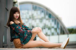 Fotos Asiaten Bokeh Braunhaarige Sitzen Hand Bein Mädchens