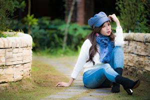 Hintergrundbilder Asiatisches Unscharfer Hintergrund Braune Haare Sweatshirt Hand Bein Sitzen Jeans Baseballmütze junge Frauen