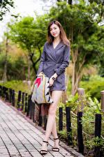Bakgrundsbilder på skrivbordet Asiater Brunhårig tjej Poserar Klänning Ben Unga_kvinnor