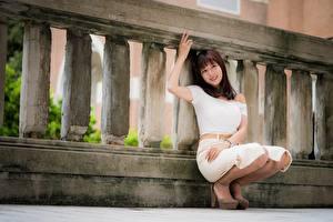 Fotos Asiatisches Braunhaarige Posiert Hand Lächeln Mädchens