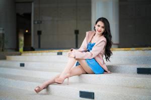 Bakgrundsbilder på skrivbordet Asiatisk Brunett tjej Bokeh Leende Hand Ben Dam klackar Sitter En trappa Unga_kvinnor