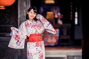 Hintergrundbilder Asiatische Brünette Kimono Lächeln Starren Mädchens
