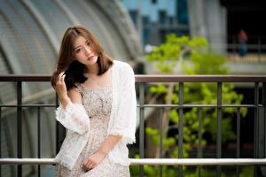 Bakgrunnsbilder Asiater Gjerder Uklar bakgrunn Brunt hår kvinne Ser Hender Unge_kvinner