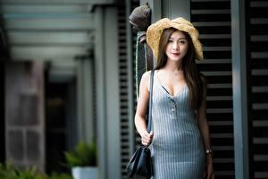 Bilder Asiatische Handtasche Unscharfer Hintergrund Braune Haare Starren Kleid Hand junge frau