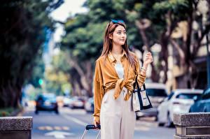 Fotos Asiatische Handtasche Posiert Hemd Blick Unscharfer Hintergrund Mädchens