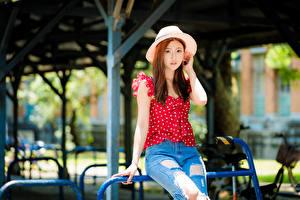 Fotos Asiatische Jeans Der Hut Starren junge Frauen