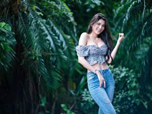 Bakgrundsbilder på skrivbordet Asiatisk Pose Jeans Leende Blus Blick ung kvinna