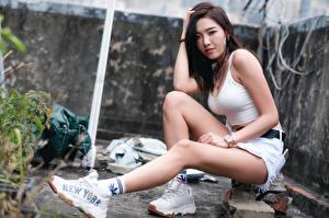 Bilder Asiatisches Sitzt Turnschuh Bein Shorts Unterhemd Blick junge Frauen