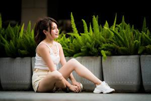 Hintergrundbilder Asiatische Sitzend Bein Shorts Unterhemd junge frau