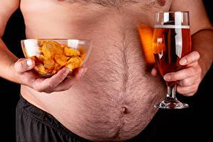 Hintergrundbilder Bier Bauch Hand Weinglas Kartoffelchips Dick Lebensmittel