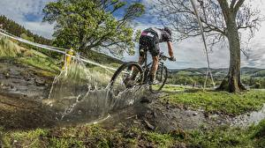 Pictures Bicycle Puddle Water splash Rallying athletic