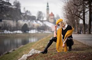 Bilder Bokeh Barett Blondine Pose Brille Schal Sitzen Hand Mädchens
