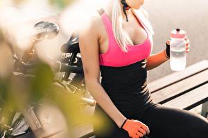Hintergrundbilder Bokeh Fahrrad Ruhen Blond Mädchen Flasche Dekolleté Hand Handschuh Mädchens