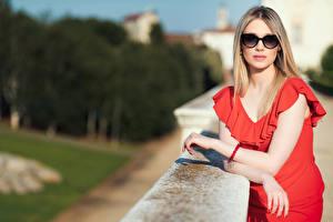 Tapety na pulpit Blondynka Sukienka Okulary Spojrzenie Bokeh Chiara dziewczyna