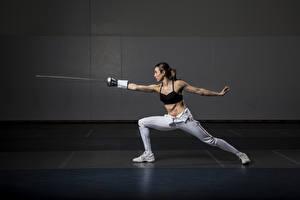 Bakgrundsbilder på skrivbordet Poserar Rapir Händer Ben Fysisk träning Brunhårig tjej Fencing ung kvinna Sport
