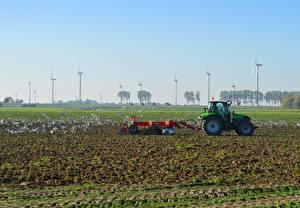 Sfondi desktop Campo agricolo Uccello Gabbiani Trattori agricoli Generatore eolico