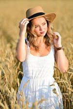 Bilder Felder Blondine Kleid Der Hut Hand Starren Selina junge frau
