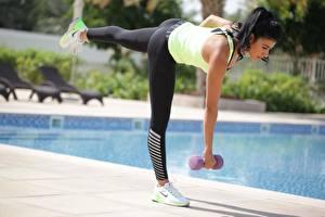 Bakgrundsbilder på skrivbordet Fitness Bokeh Brunett tjej Pose Hantel Händer Ben Fysisk träning Unga_kvinnor