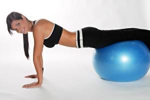 Hintergrundbilder Fitness Starren Lächeln Hand Brünette Ball Unterarmstütz Mädchens