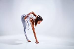 Bakgrundsbilder på skrivbordet Fitness Händer Ben Stretchar Brunhårig tjej Poserar ung kvinna
