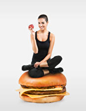 Hintergrundbilder Burger Brötchen Äpfel Gesunde Ernährung Grauer Hintergrund Lächeln Sitzt Hand Mädchens Lebensmittel