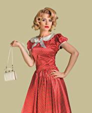 Bilder Handtasche Antik Blond Mädchen Kleid Hand Starren junge Frauen