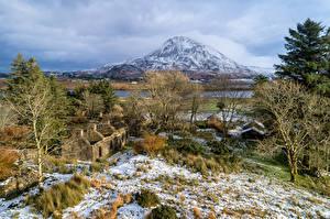 Bakgrundsbilder på skrivbordet Irland Berg Ruinerna Träd Snö Gjord av sten Dunlewey Lough, Donegal Natur