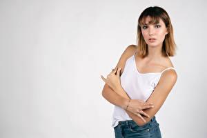 Bureaubladachtergronden Poseren Handen Mouwloos shirt Kijkt Rebecca Jonge_vrouwen