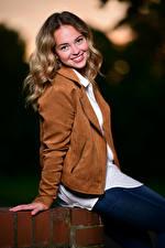 Bilder Blondine Jacke Sitzt Lächeln Starren Selina junge Frauen
