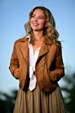 Bilder Blondine Jacke Lächeln Starren Selina junge frau