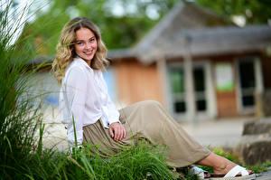 Bilder Sitzt Rock Bluse Lächeln Blick Unscharfer Hintergrund Selina Mädchens