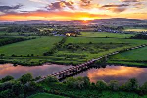 Desktop hintergrundbilder Vereinigtes Königreich Acker Fluss Brücken Morgendämmerung und Sonnenuntergang Von oben Northern Ireland, Tyrone Natur