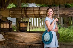 Fotos Brunnen Kleid Der Hut Lächeln Starren junge frau