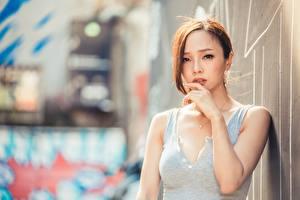 Papel de Parede Desktop Asiática Fundo desfocado Castanhos Ver Mão moça