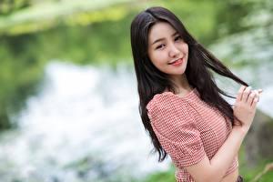 Papel de Parede Desktop Asiática Fundo desfocado Cabelo preto Meninas Ver Sorrir Mão jovem mulher