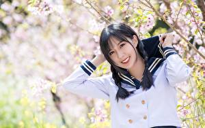 Bilder Asiatische Bokeh Brünette Starren Lächeln Uniform Hand Schülerin