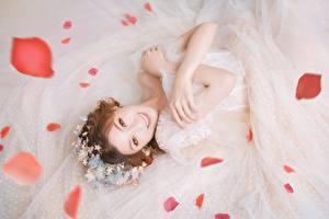 Bakgrundsbilder på skrivbordet Asiatisk Brud Klänning Hand Brunhårig tjej Ser Leende Blomblad Unga_kvinnor