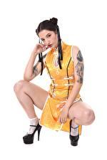 Bakgrundsbilder på skrivbordet Asiater Brunett tjej Sitter Vit bakgrund Händer Tatuering Ben Dam klackar Pose Unga_kvinnor