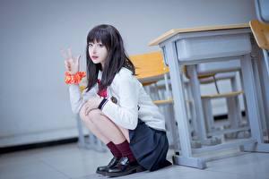 Bureaubladachtergronden Aziaten Gebaar Brunette meisje Zittend Hand Bokeh Schoolmeisjes jonge vrouw